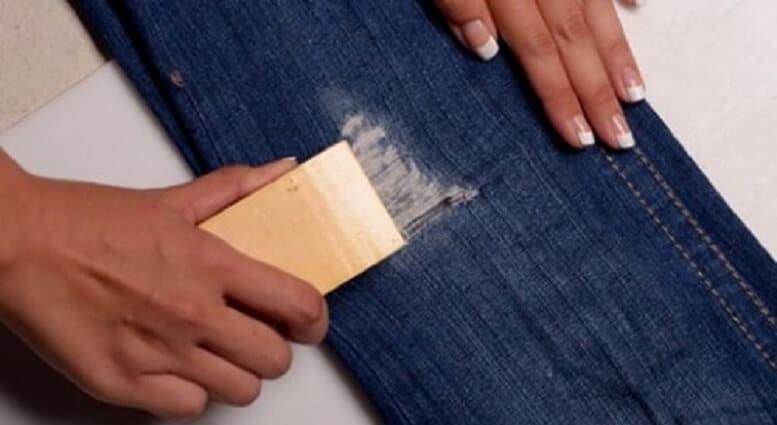 Có thể tạo ra một chiếc quần jean rách xịn sò với giấy nhám