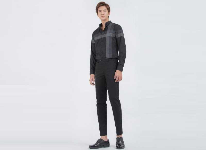 Phối áo sơ mi đen với quần tây màu xám tạo sự sang trọng huyền bí